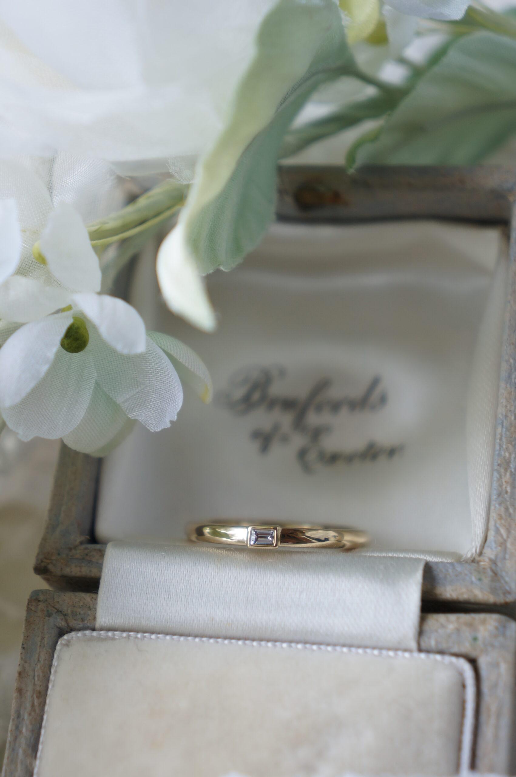 スタイリッシュな煌めきで 結婚指輪