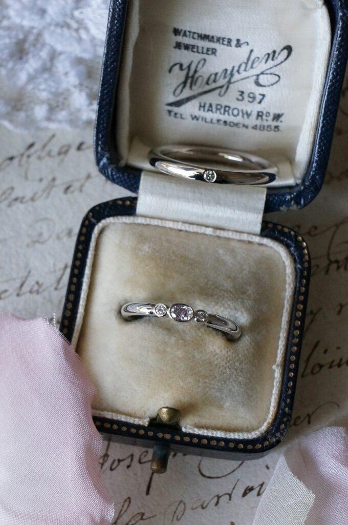 やわらかな曲線と雰囲気ある色合いで 結婚指輪