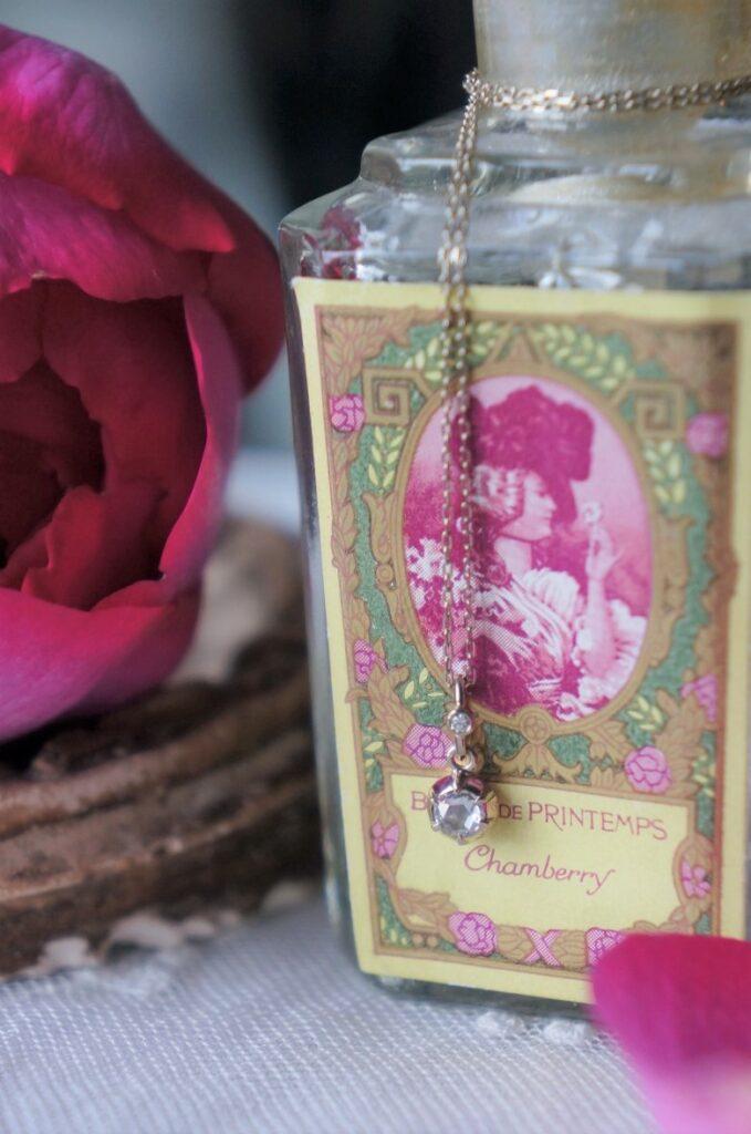 薔薇の季節に・・・ ROSIEと名づけた手仕事のアンティークセッティングでローズカットダイアモンドを包みこんだ一点もの 奥様への贈り物としてお選びいただきました