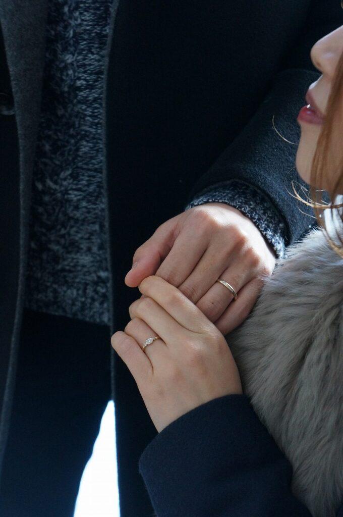 特別な煌めきで結婚指輪を オーバルカットダイアモンドとピンクダイアモンド