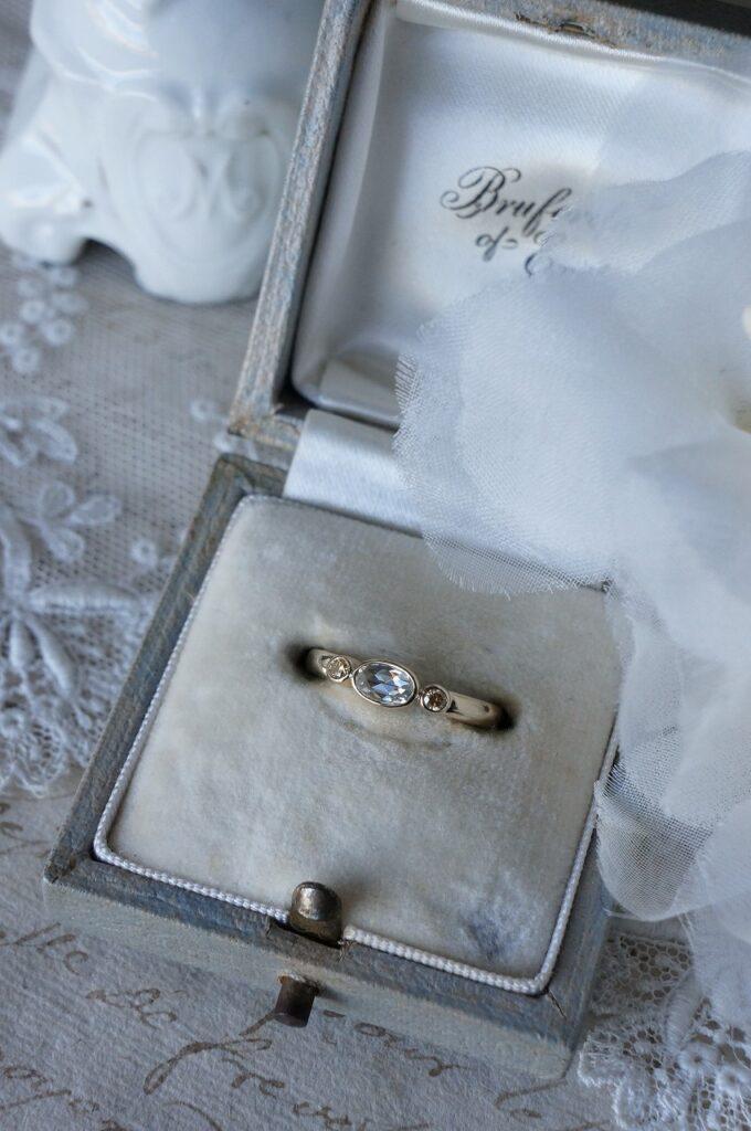 ローズカットダイアモンド一点ものリングを婚約指輪にお選びいただきました