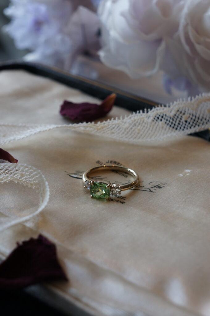 誕生石の婚約指輪(グリーンガーネット)