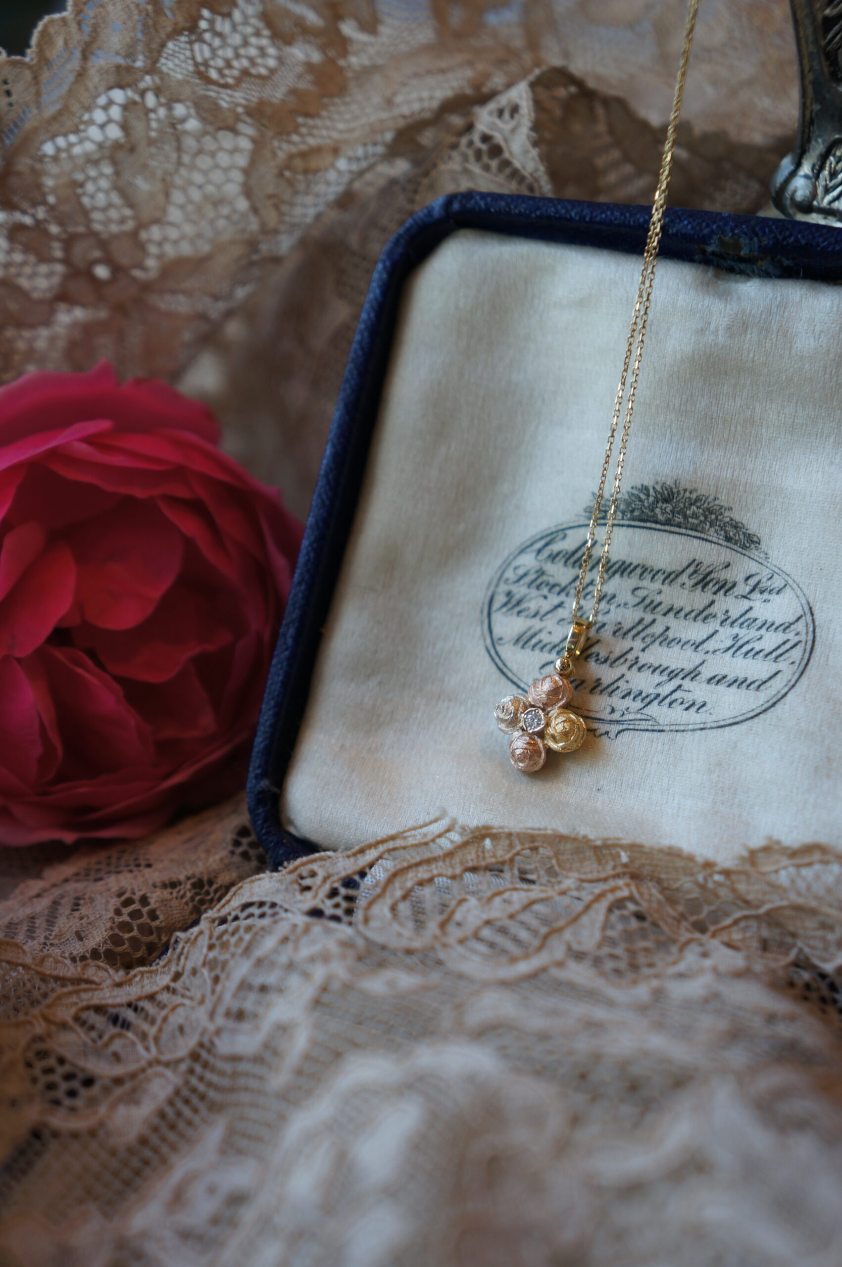 薔薇とダイアモンドのクロス Jose Mariaより