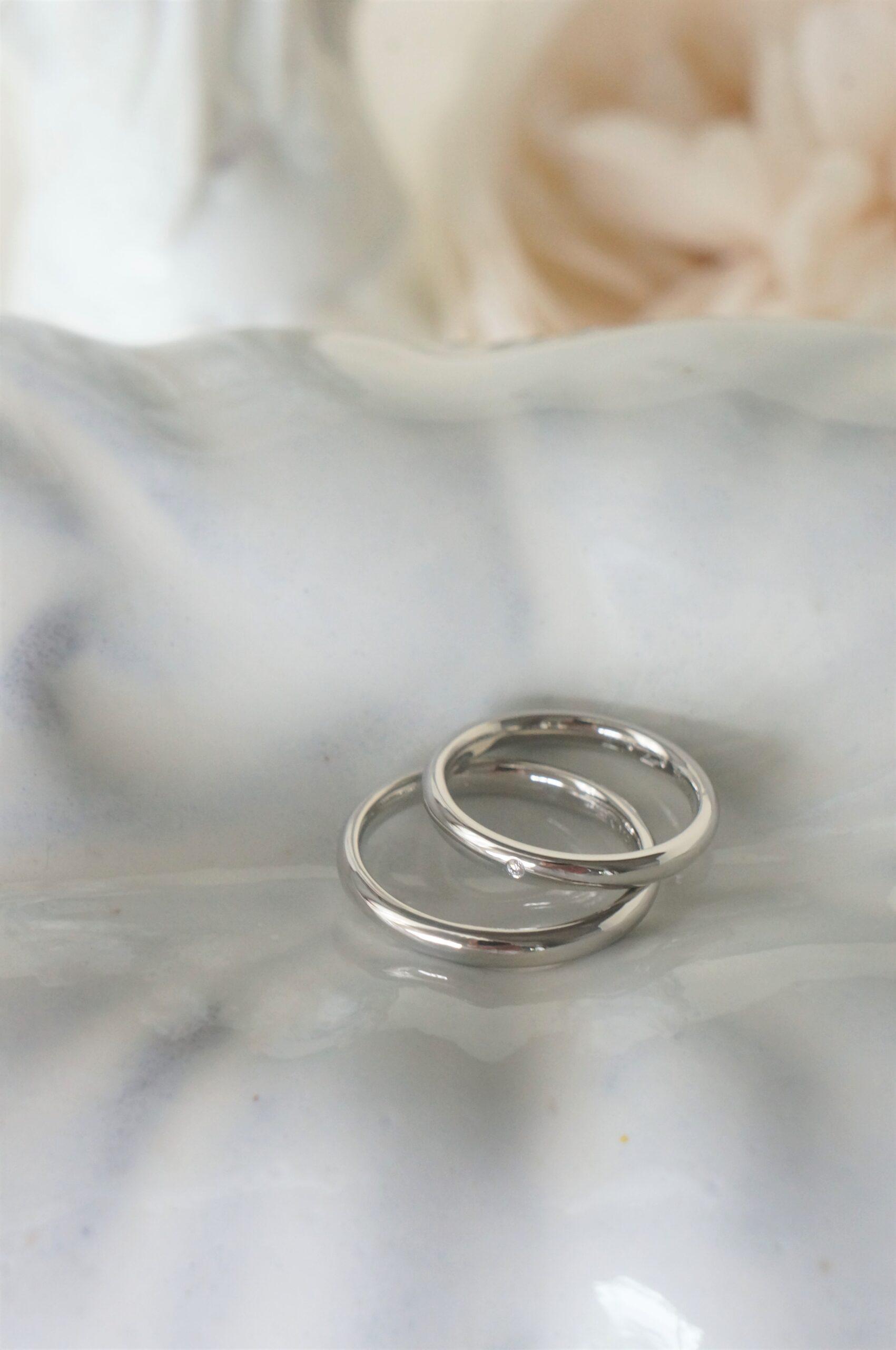 純白のリングにダイアモンドの煌めきをさりげなく 結婚指輪