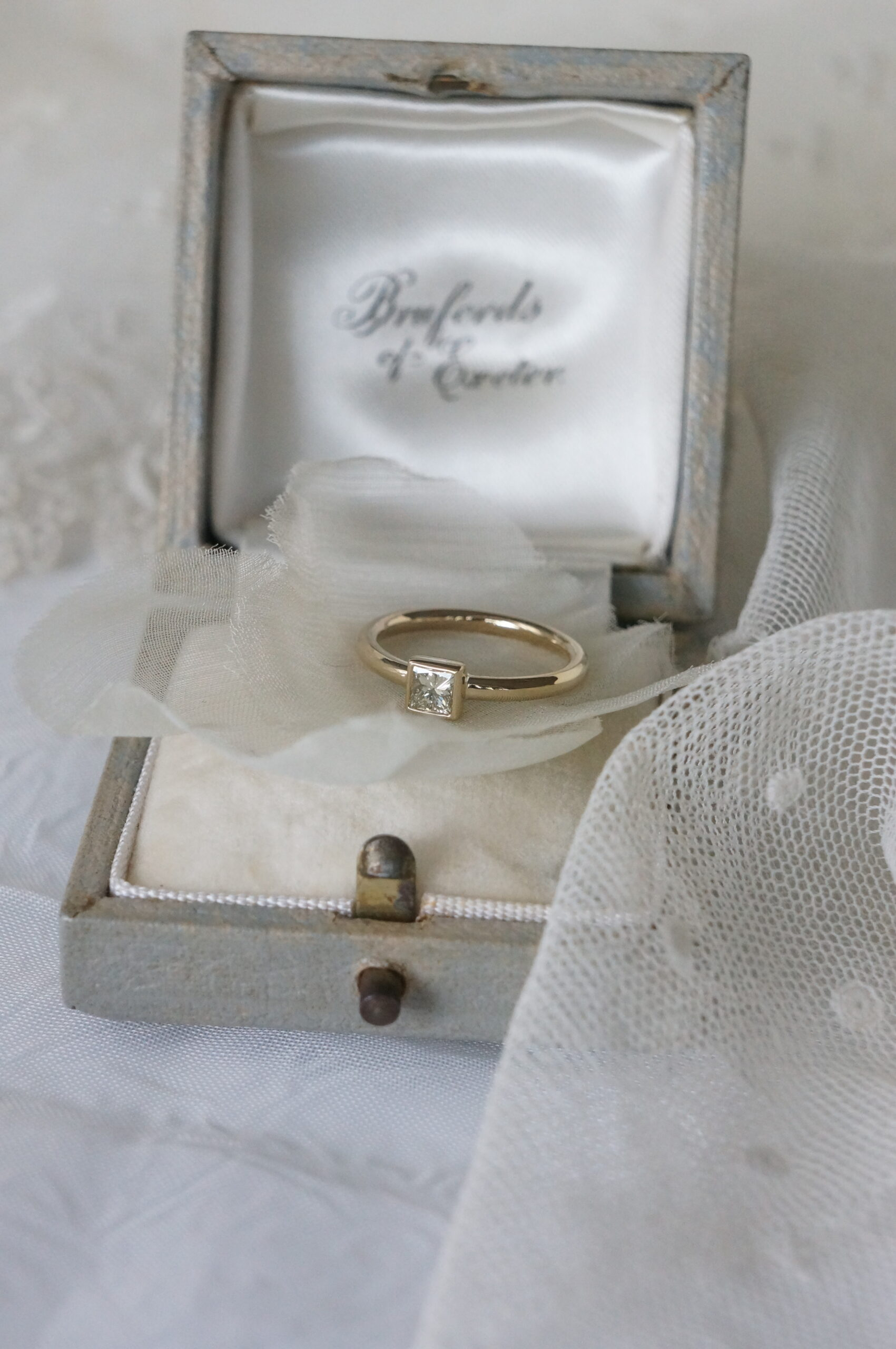 彼女のお気に入りの煌めきを婚約指輪へ オーダーリング プリンセスカットイエローダイアモンド