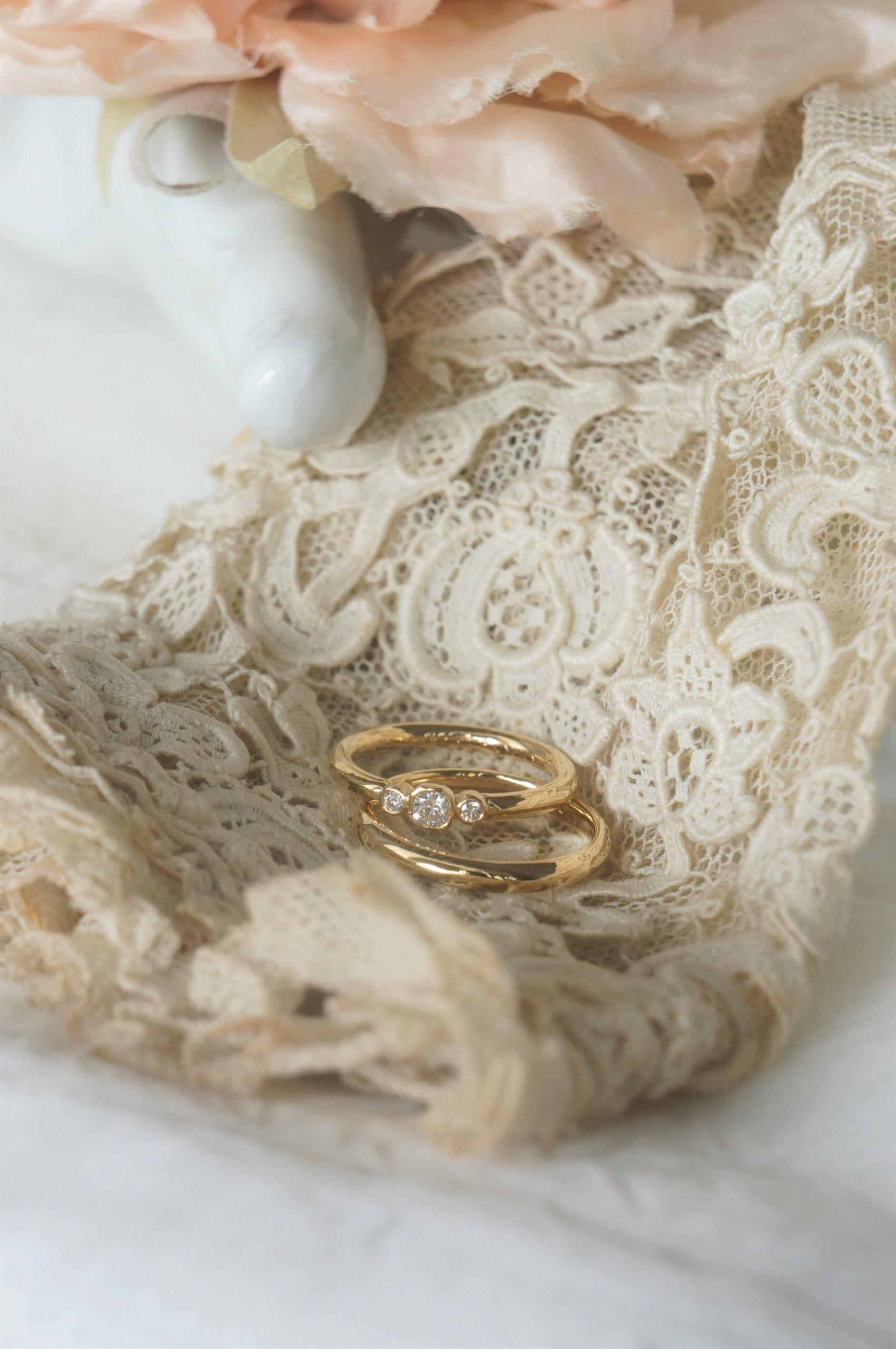 ときめきの煌めきをならべて 素敵なお二人の結婚指輪